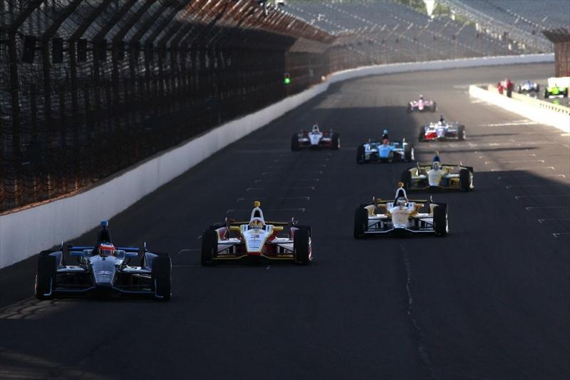 Barrichello lidera Castroneves e um pelotão em Indy