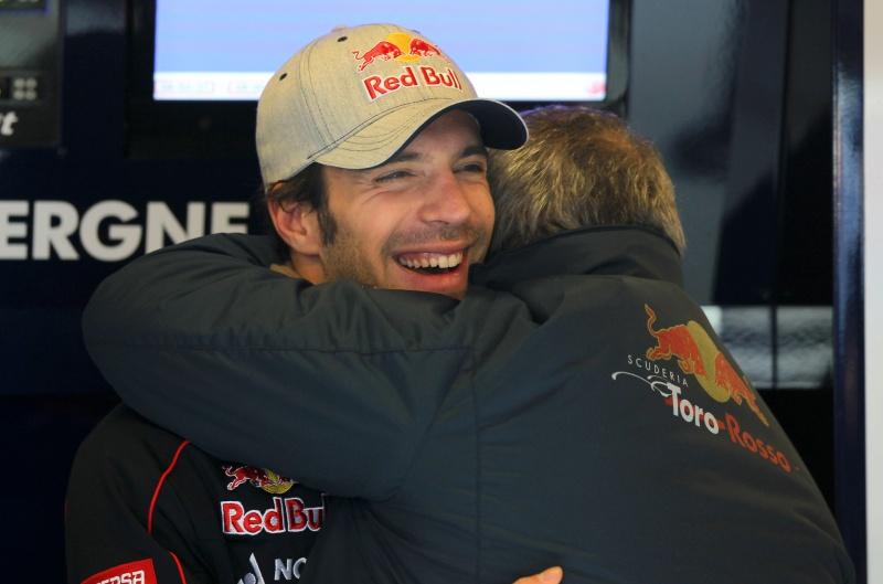 Ascanelli abraça Vergne nos boxes da equipe Toro Rosso