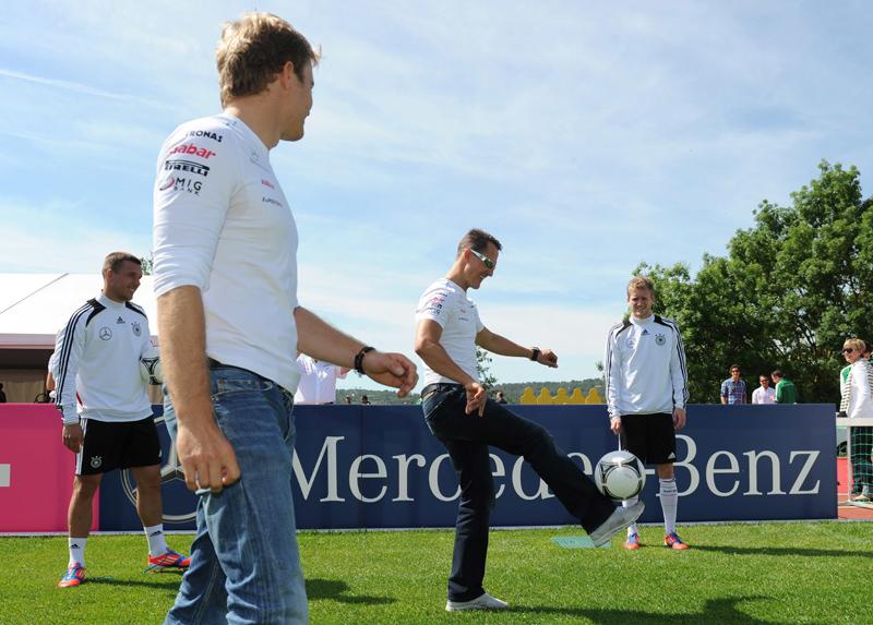 Schumacher e Rosberg participaram de treino da seleção alemã de futebol