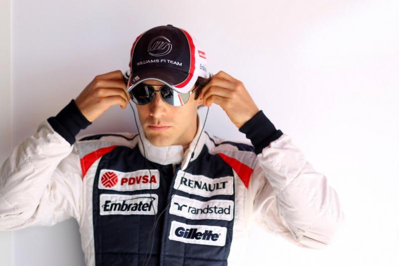 Bruno Senna se preparando para entrar no carro
