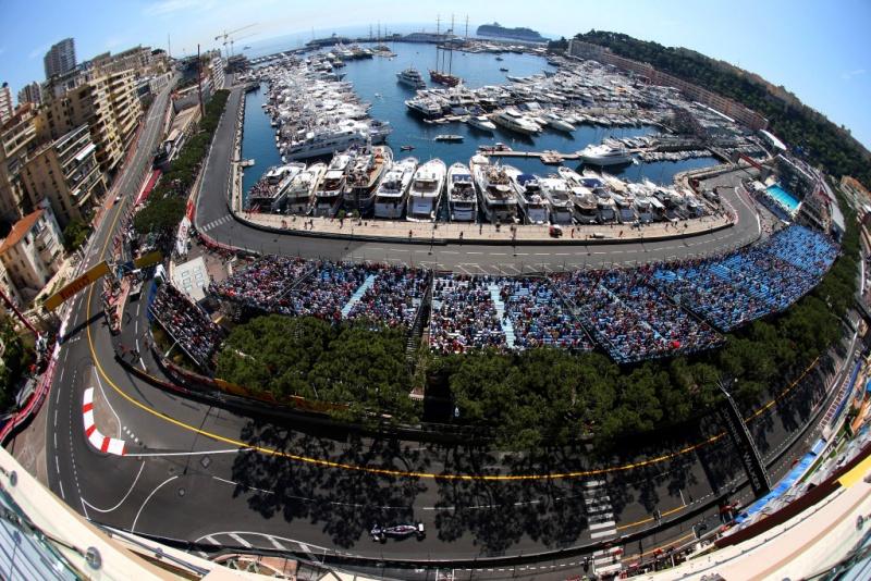 Pastor Maldonado percorre as ruas de Mônaco