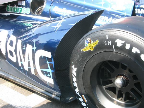 Detalhe dos pneus especiais de Indianápolis no carro de Barrichello