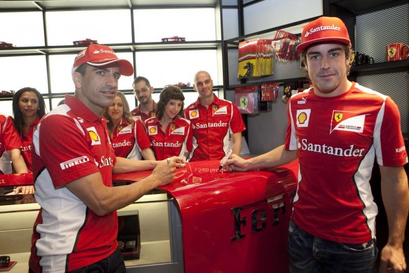 Alonso recentemente esteve na inauguração da Ferrari Store