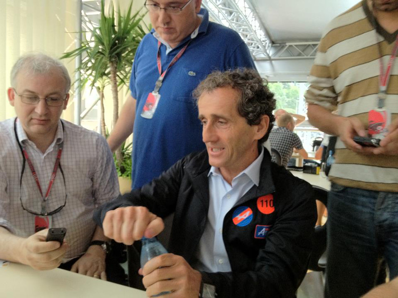 Prost durante entrevista em Mônaco