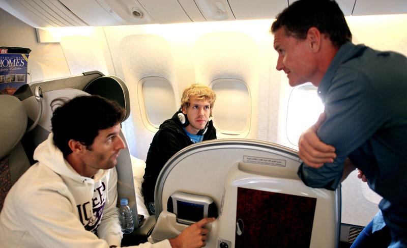 Coulthard conversa com Webber e é observado por Vettel