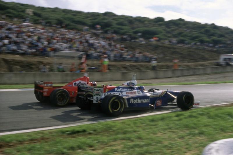 Villeneuve e Schumacher entram na curva Dry Sack em 1997 - a batida consagraria o canadense campeão
