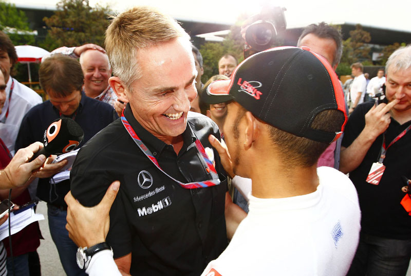 Whitmarsh e Hamilton, felizes, após vitória em Xangai