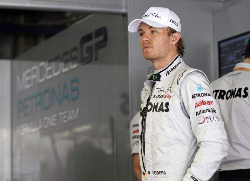 Nico Rosberg observa o trabalho nos boxes da Mercedes no último GP da China