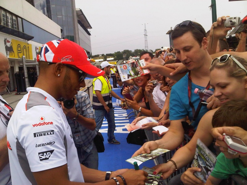 Lewis Hamilton dá autógrafos aos fãs em Hungaroring