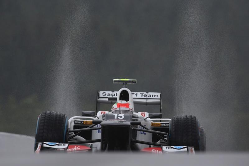 Pérez guiando na chuva