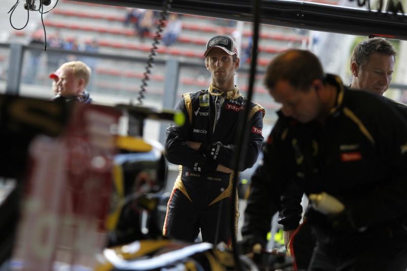 Grosjean nos boxes da Lotus