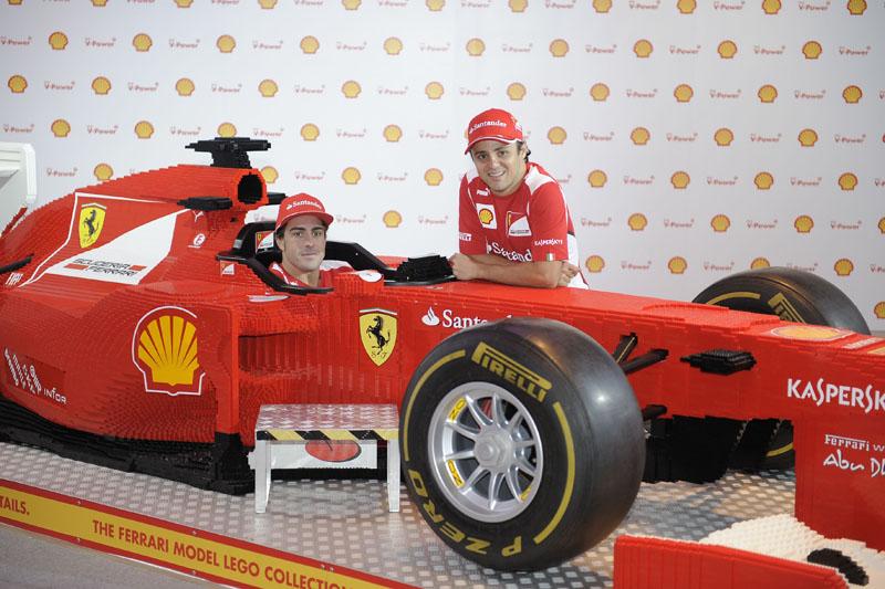 Alonso e Massa posam com Ferrari feita com Lego em Cingapura
