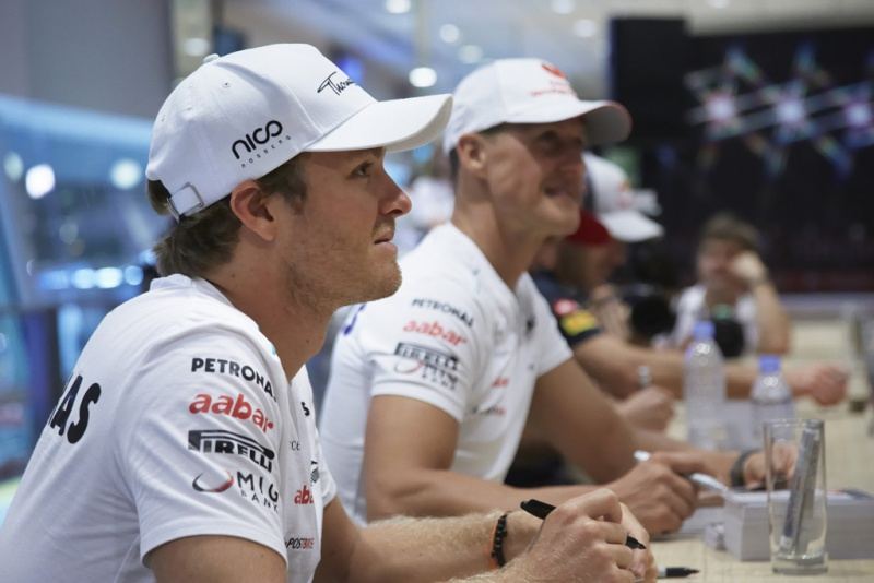 Rosberg distribui autógrafos em Cingapura