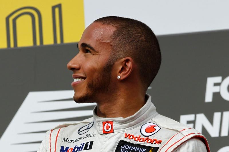Hamilton sorri no pódio em Hungaroring