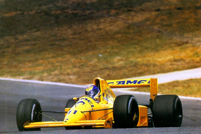Warwick pilotando a Lotus em 1990