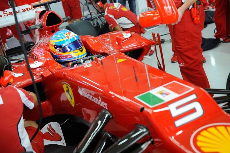 Carro de Alonso ostenta bandeira da Marinha