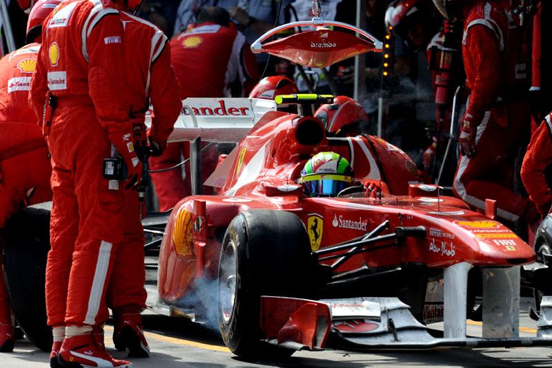 Massa, em um dos quatro pit stops de domingo