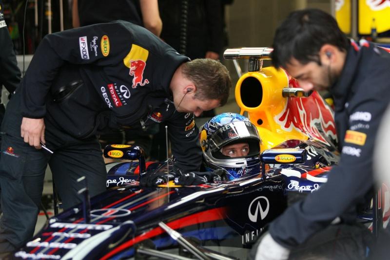 Sebastian Vettel de olhos bem abertos para o trabalho dos adversários