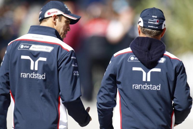Pastor Maldonado e Rubens Barrichello conversam após reunião de pilotos em Istambul