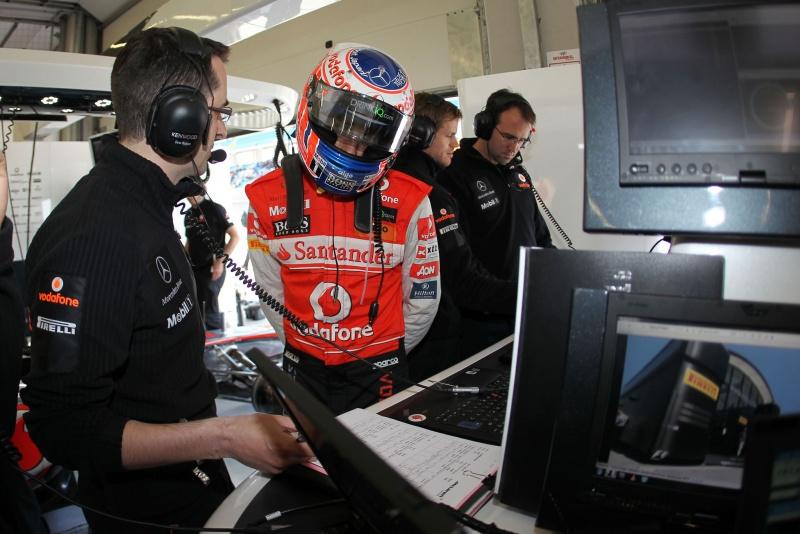 Equipe técnica da McLaren trabalha com Jenson Button durante a classificação na Turquia