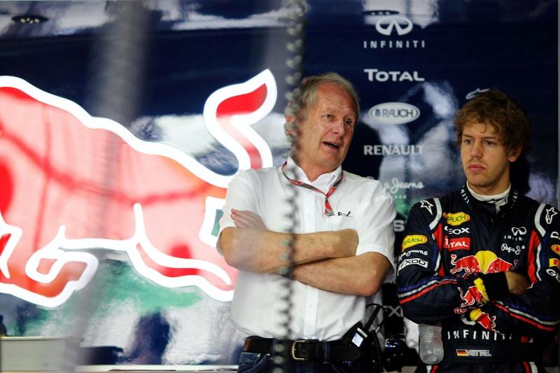 Helmut Marko conversa com Sebastian Vettel nos boxes da Red Bull