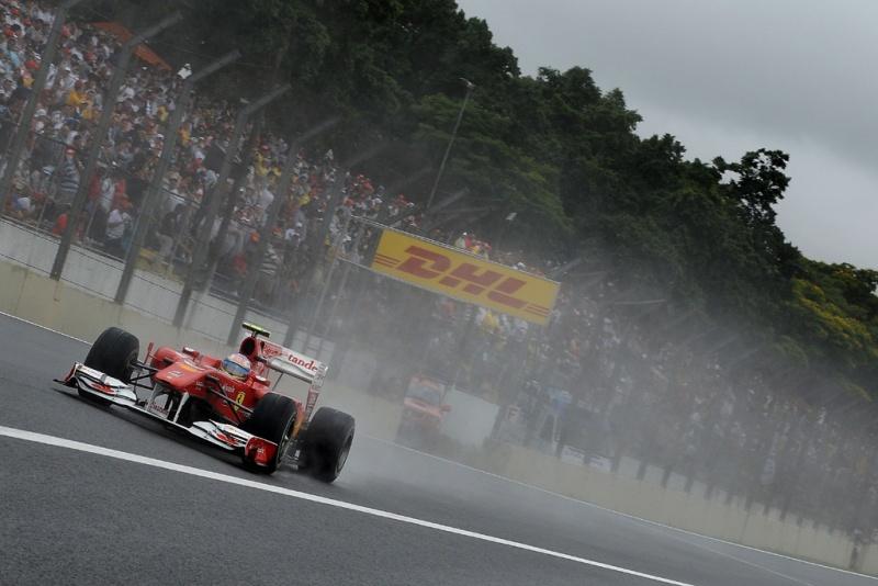 Fernando Alonso treina na chuva em 2010