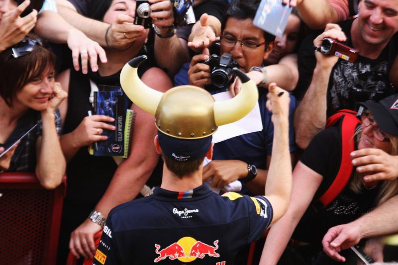 Vettel atende torcida espanhola no circuito de Barcelona