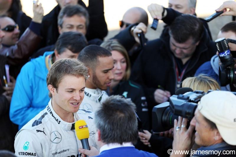 Pilotos Mercedes concedendo entrevistas
