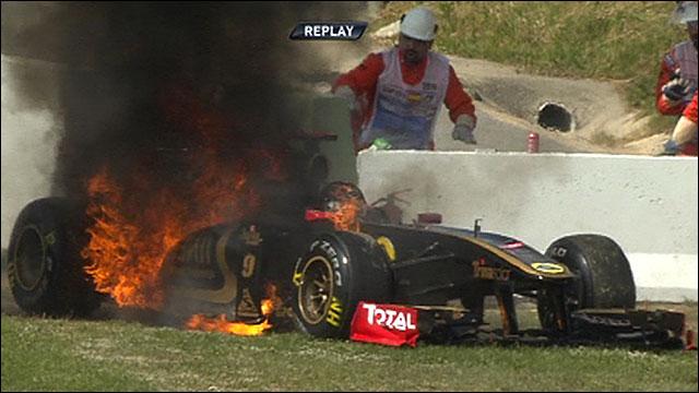 O incêndio no carro de Nick Heidfeld, durante o treino livre