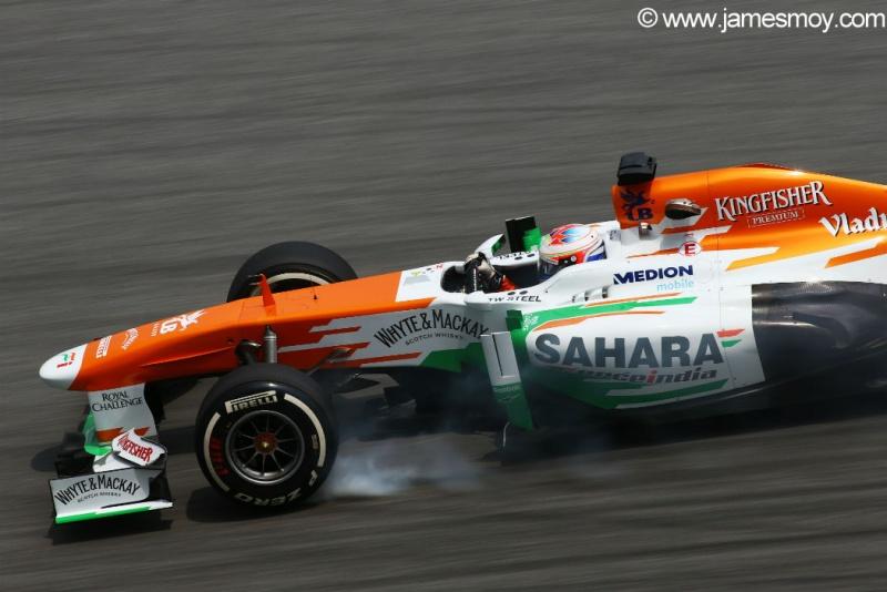 Di Resta trava pneus na última curva de Sepang