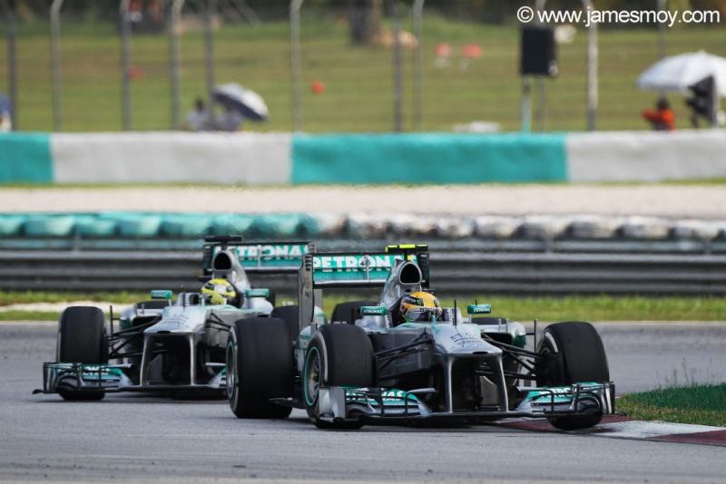 Rosberg anda atrás de Hamilton no fim da prova