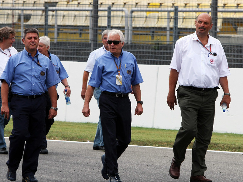 Charlie Whiting (no centro)