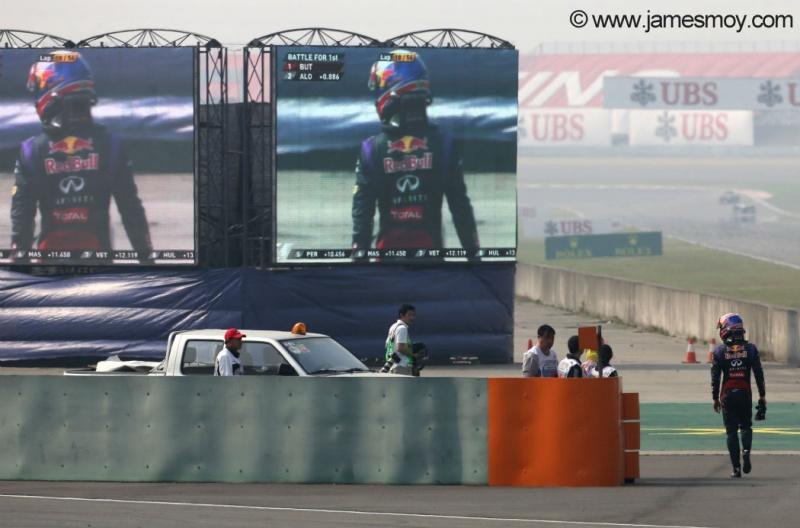 Webber abandona na China após perder roda