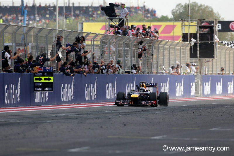 Vettel recebendo a bandeirada no Bahrein