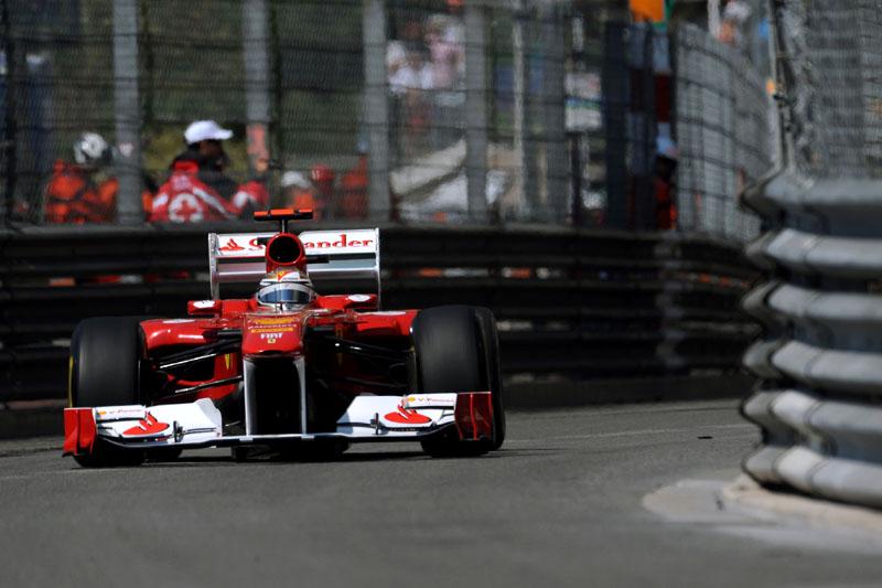 Fernando Alonso e seu capacete dourado em Mônaco