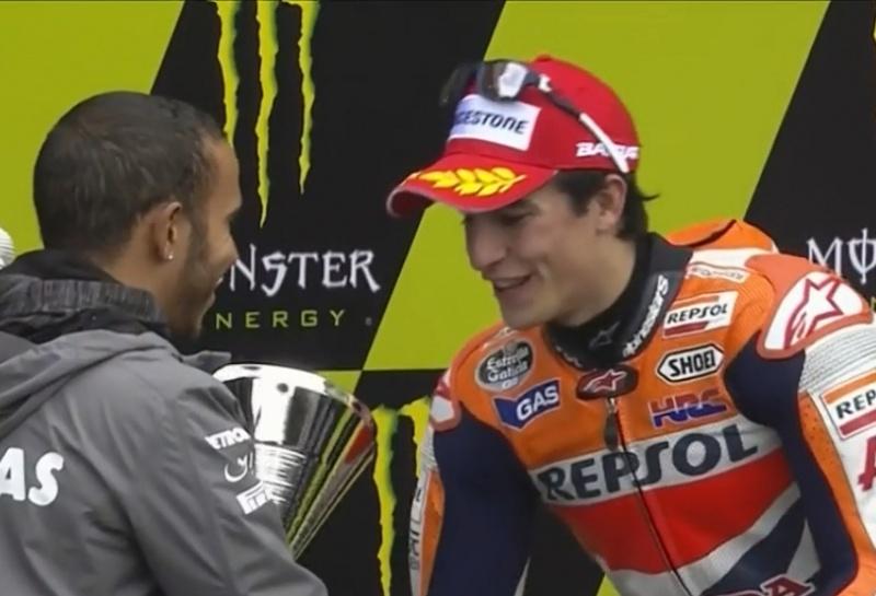 Hamilton entrega troféu para Márquez