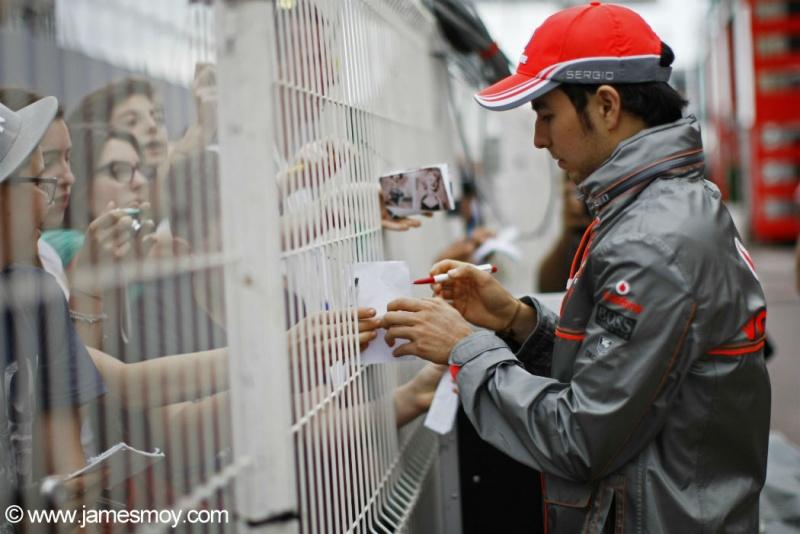 Pérez assina autógrafos em Mônaco