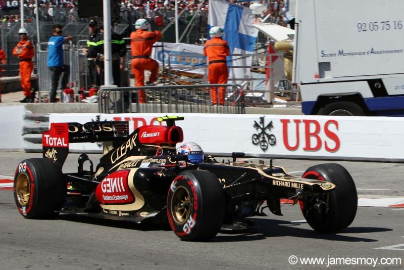 Grosjean volta aos boxes após bater com Ricciardo