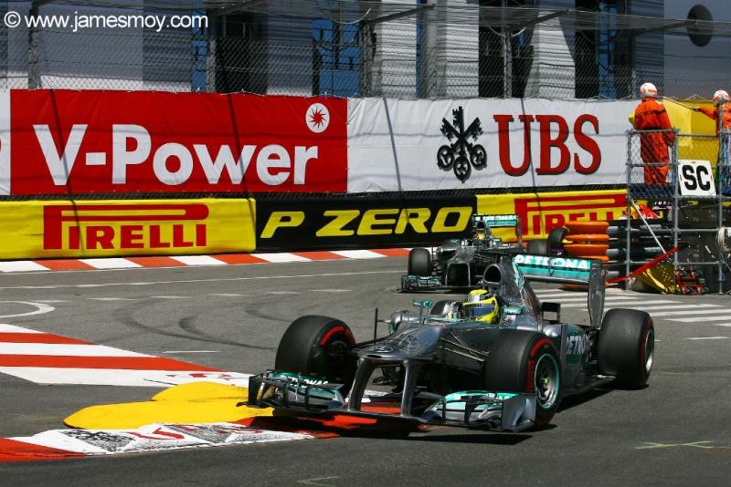 Mercedes lidera corrida em Mônaco