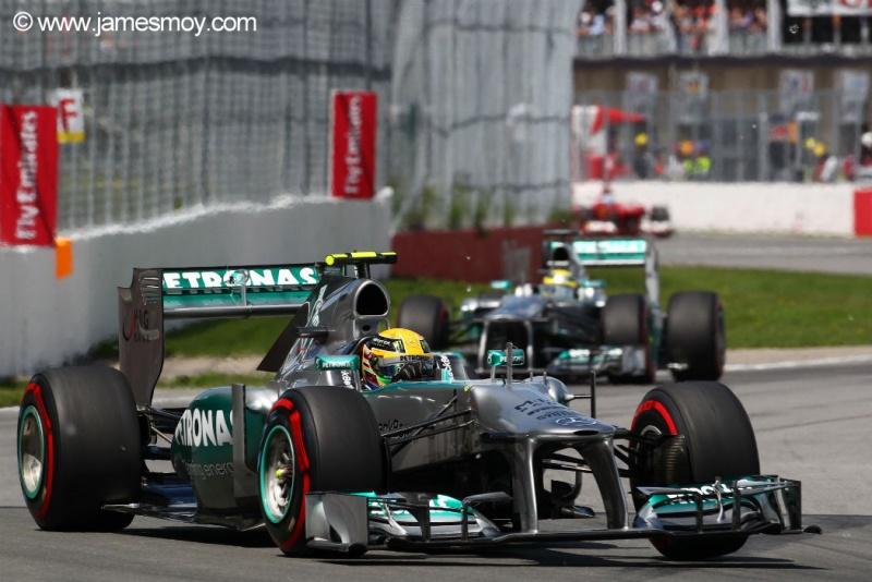 Hamilton à frente de Rosberg no início da prova