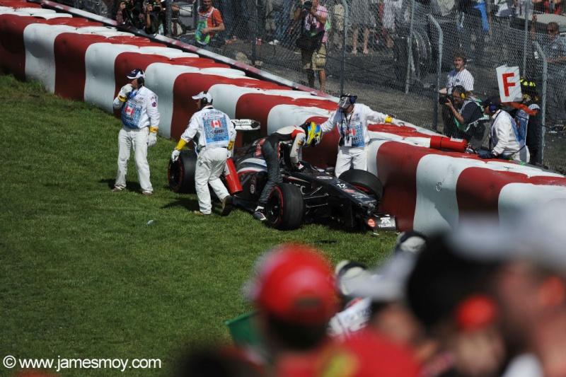 Esteban Gutiérrez sai do carro após bater e fiscais começam o trabalho de retirada da Sauber