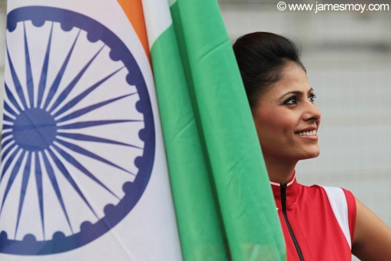'Grid girl' com a bandeira da Índia no circuito de Buddh