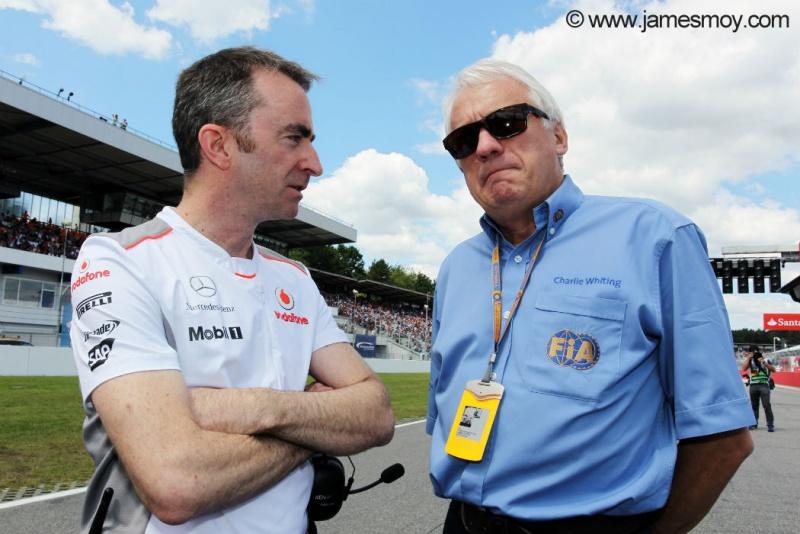 Paddy Lowe conversa com Charlie Whiting no grid de Hockenheim no ano passado