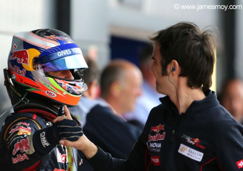 Ricciardo cumprimenta mecânico após treino de hoje