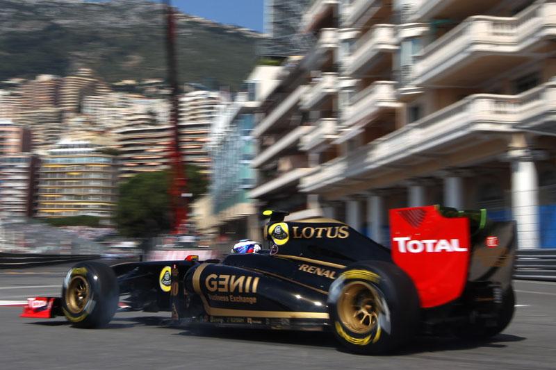 Vitaly Petrov trava os pneus em Mônaco