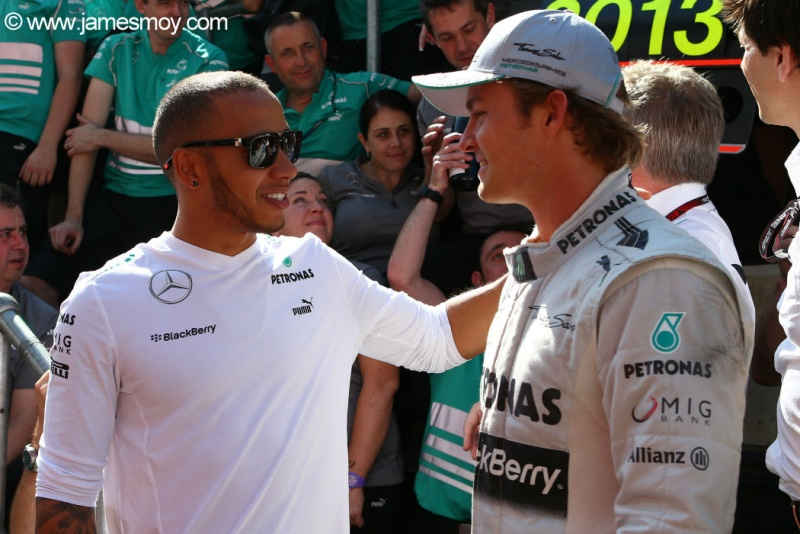 Hamilton parabeniza Nico após vitória na Inglaterra