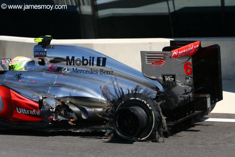 Pérez volta aos boxes para abandonar após estourar pneu na Inglaterra