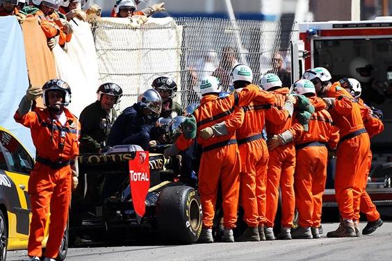Petrov é removido do carro em Mônaco