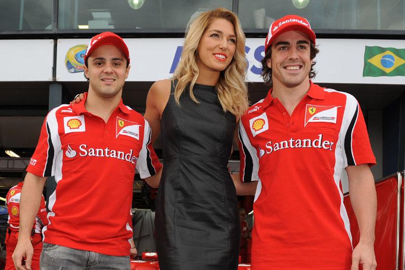 Massa e Alonso posam para foto ao lado da modelo canadense Ashley Hart em Melbourne