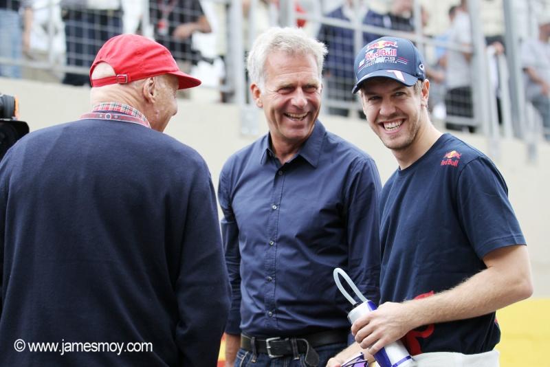 Christian Danner, centro, conversando com Niki Lauda e Sebastian Vettel